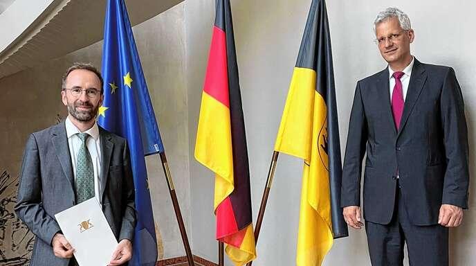 Bernd Krüger (links) wurde von Jens Zeppernick, Präsident des Landgerichts Offenburg, zumDirektor des Gengenbacher Amtsgerichts ernannt.