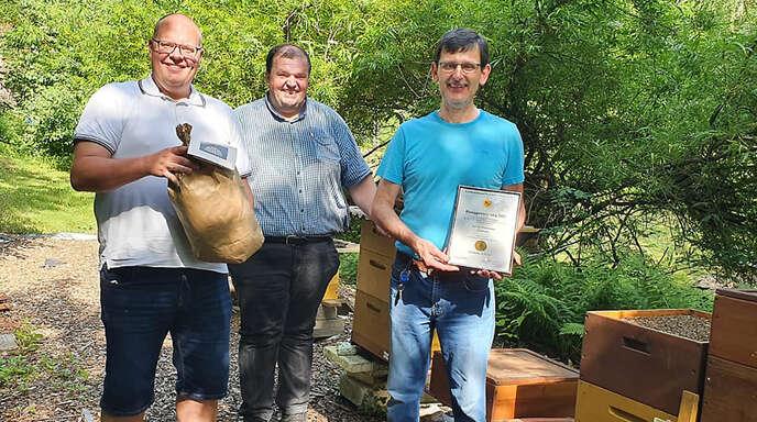 Besuch beim Seriensieger in Sachen Honig-Qualität: Bürgermeister Carsten Erhardt (von links), Imkervereins-Vorsitzender Alexander Zimmerer und Martin Hansmann, der bei der Honig-prämierung zum fünften Mal Gold holte.
