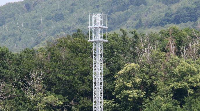 Nur noch die Antennen für den Mobilfunkbetrieb fehlen dem Telekom-Mast.