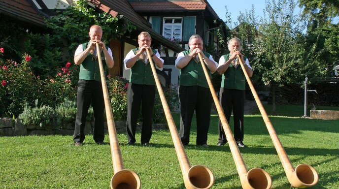 Klaus Kühne (dritter von links) gab mit seinen Freudentälern Alphornbläsern nach Monaten der Entbehrung in Ortenberg wieder ein Konzert im Freien.