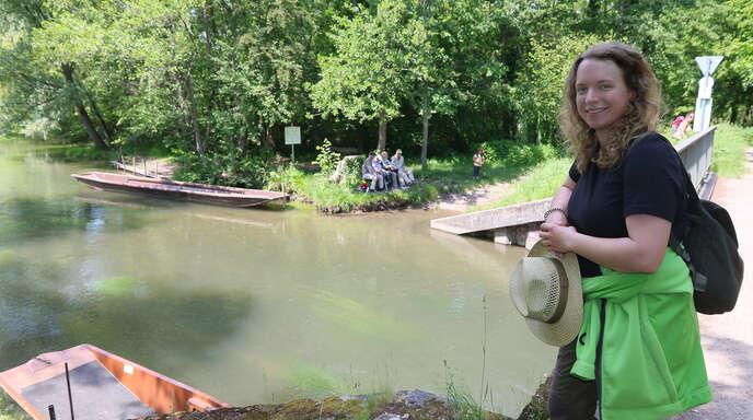 Rangerin Cosima Zeller ist täglich rund 35 Kilometer mit dem E-Bike unterwegs, um das Naturschutzgebiet Taubergießen zu überwachen und Besucher für die Regeln zu sensibilisieren.