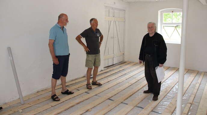 """Die Museumshandwerker Josef Decker (links) und Wolfgang Klumpp (Mitte) verwandeln den alten Farrenstall des """"Vogt Johannes Spinner Hus"""" in einen Ausstellungsraum; rechts der Vorsitzende Konrad Frey."""
