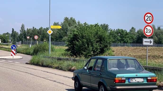 Erst Tempo 20, dann Tempo 30 vor der Stahlwerkbrücke: Unsinn, sagt Peter Tschöpe. Schneller kann man hier eh nicht fahren.