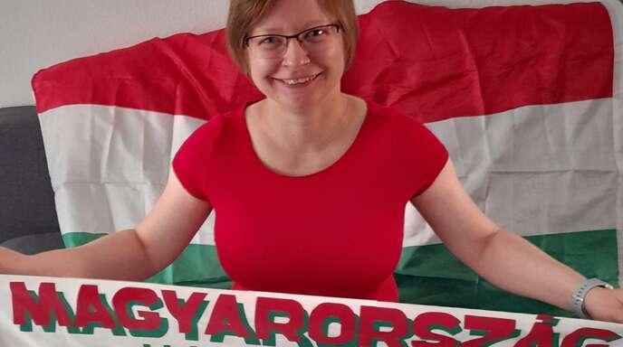 Beatrix Szabó stammt aus Magyarország (Ungarn), wie es auf ihrem Schal, den sie 2005 bei einem Champions-League-Spiel im Stadion gekauft hat, zu lesen ist.
