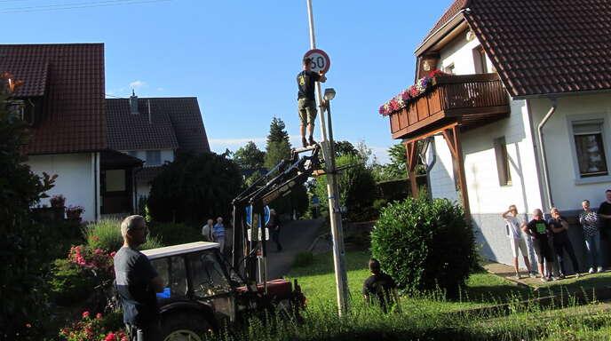 Unter den Augen des Jubilars Uli Litterst (Zweiter von rechts) wurde zum 60. Geburtstags der Narrenbaum an seinem Anwesen von den Rebknörpli aufgestellt.