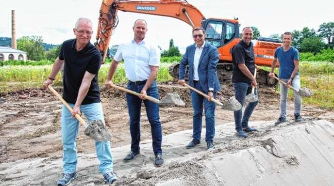 Freudestrahlend versammelten sich zum Spatenstich (von links): Fachbereichsleiter Carlo Frohnapfel, Michael Kaiser (RS Ingenieure), OB Klaus Muttach, Fachbereichsleiter Ralf Volz und Bauunternehmer Alois Huber.