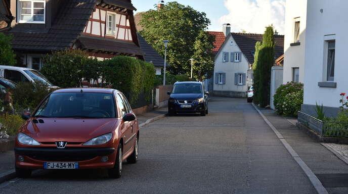 """In der Kirchstraße geht es ganz schön eng zu. Anwohner wollen daher eine """"Spielstraße"""" – vor allem aus Rücksicht auf die dort wohnenden Kinder."""