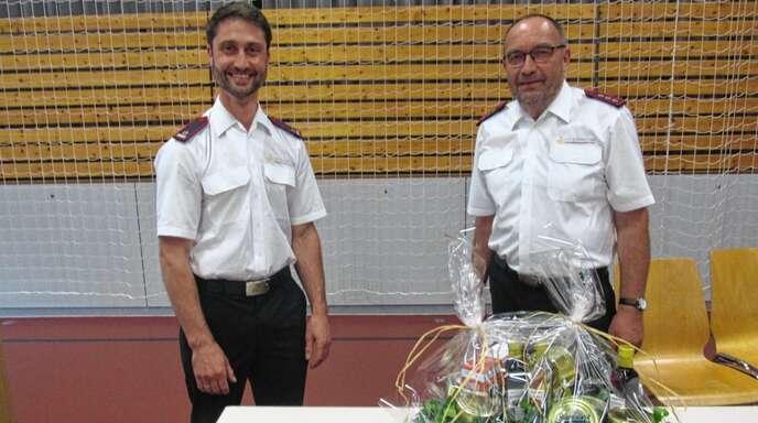 Welschensteinachs Abteilungskommandant Tobias Himmelsbach (links) würdigte Benedikt Meßmer sen. und verabschiedete ihn in die Altersabteilung.