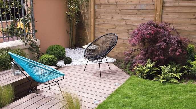 Mit Holz strukturieren: Auch in eher kleinen Gärten können schöne Plätzchen zum Entspannen geschaffen werden.