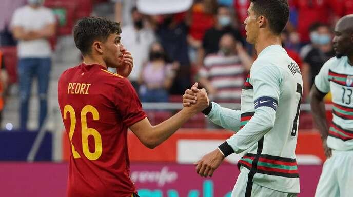 Jungstar trifft Superstar: Spaniens Pedri (li.) hat schon Bekanntschaft mit Portugals Cristiano Ronaldo gemacht.