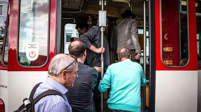 In Freiburg ist die Straßenbahn nach wie vor beliebt. Die Stadt hat deshalb mitten in der Pandemie den weiteren Ausbau ihres Straßenbahnnetzes beschlossen.