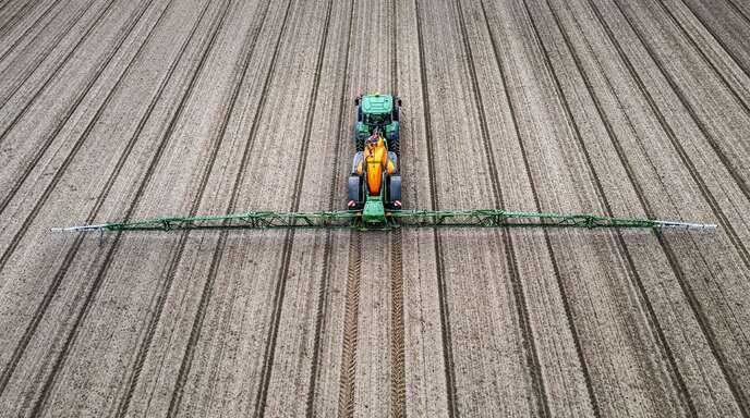 Ei n Landwirt spritzt Pflanzenschutzmittel.