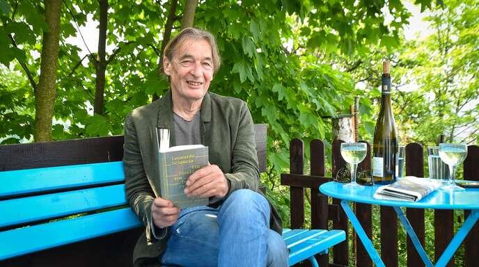 Mit der Bösartigkeit des Unkrauts kommt er ganz gut klar: Wolfgang Schorlau in seinem grünen Paradies.
