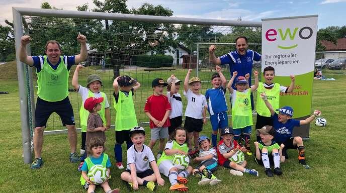 5. Platz: FC Ottenheim (von links) Trainer Carsten Heimburger und Torben Stiefel mit den Kindern der G-Jugend.
