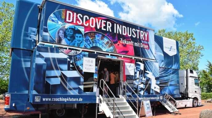 """Größe und Ausstattung beeindrucken: der """"Discover industry""""-Truck vorm Gymnasium Achern."""