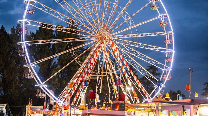 """Der Jahrmarkt """"Foire Saint-Jean"""" auf dem Gelände des Straßburger Wacken ist beliebt. Dieses Jahr findet der Jahrmarkt bis zum 18. Juli statt."""