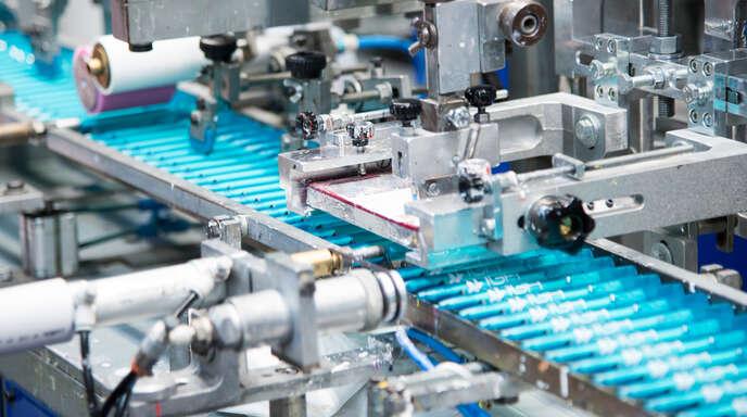 """Alle Kunststoffkugelschreiber werden zu 100 Prozent mit Ökostrom hergestellt. Seit 2021 führt Klio-Eterna zudem das Siegel """"klimaneutraler Standort"""" (Scope 1 + 2)."""
