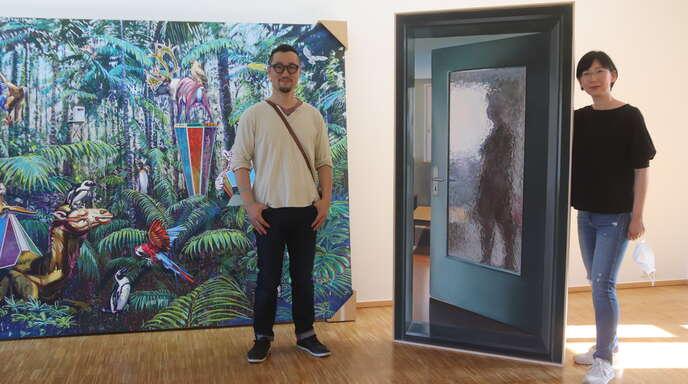 Das Künstlerpaar Chang Min Lee (links) und Eun Hui Lee: Er malt üppige Dschungellandschaften mit wilden Tieren, sie komponiert Bilder mit Menschen.