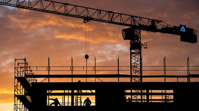 In der Ortenau wird viel gebaut, das erhöht das Arbeitsaufkommen in den Baurechtsbehörden der Kreisstädte. Gleichzeitig müssen Antragsteller heute umfangreichere Unterlagen einreichen als früher, was die Fehlerqutoe ansteigen lässt.