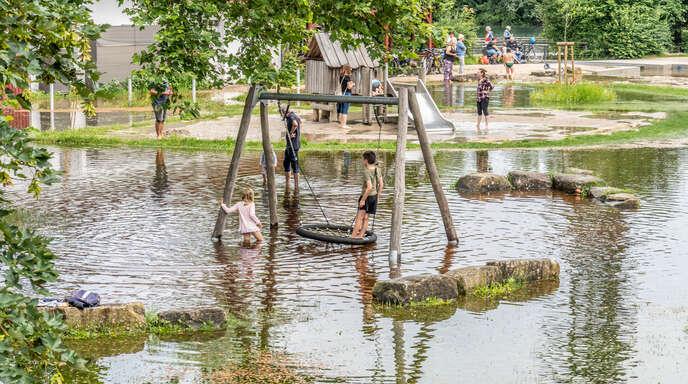 Das Piratenschiff liegt wirklich im Wasser und die große Schaukel ist nur mit nassen Füßen zu erreichen: Den Kindern gefällt diese neue Interpretation des Wasserspielplatzes am Altrhein.
