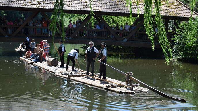 Vor 20 Jahren ließen die Schiltacher Flößer zu Beginn des Moscherosch-Jahrs ihr 60 Meter langes Floß zu Wasser. Die Freundschaft der Willstätter und Schiltacher Flößer wird regelmäßig mit Floßfahrten und Festen (hier 2019) gefeiert.