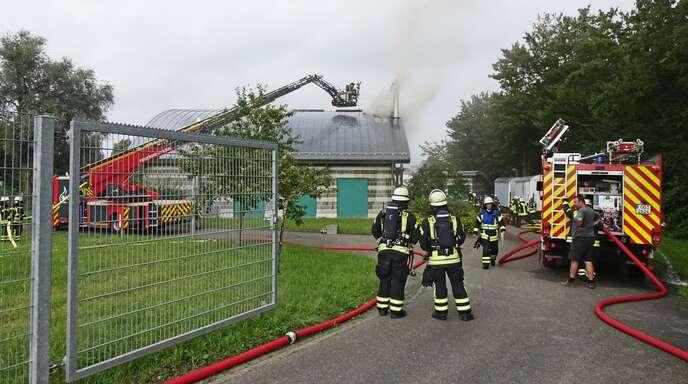 Durch die aktuelle Hochwasserlage waren die Pumpen im Pumpwerk Goldscheuer gefordert. Ein technischer Defekt führte zur Überhitzung und einem anschließenden Brand. Die Feuerwehr konnte den Brand nach mehreren Stunden löschen.