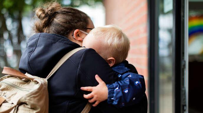 Die Verwaltung will die Öffnungszeiten in mehreren Kehler Kindergärten von 50 auf 45 Stunden reduzieren. Allerdings werden die Betreuungszeiten in den meisten Kitas um eine Stunde verlängert. Das Foto zeigt eine Mutter, die sich vor einer Kita von ihrem Sohn verabschiedet.