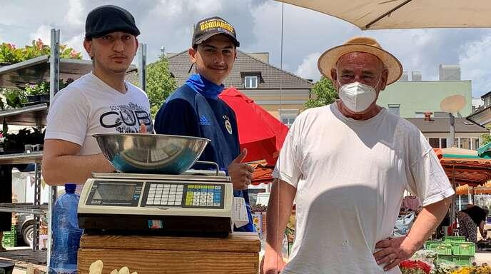 Stephan Deuchler mit seinem kleinen, aber feinen Angebot und seine beiden Helfer Can und Francesco, die ihm beim Auf- und Abbau zur Hand gehen.