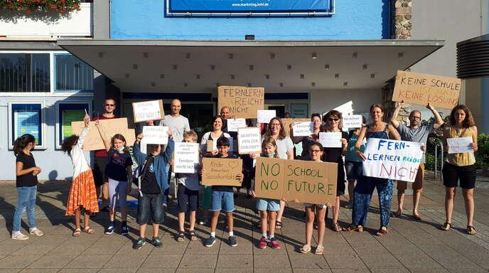 Auch etliche Kinder demonstrieren mit ihren Eltern vor der Kehler Stadthalle für Präsenzunterricht.