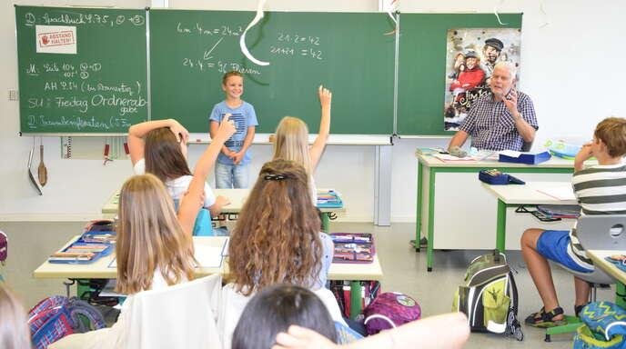 Seine Klassenkameraden müssen den Traumberuf von Kian erraten. Berufe sind momentan das Thema im Deutschunterricht.