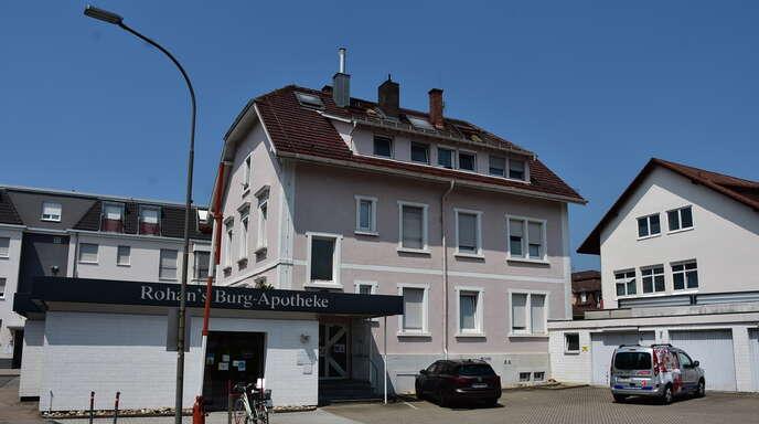 Die Arztpraxis in der Renchener Straße 1 soll um einen Anbau auf Stützpfeilern erweitert werden. Er schließt sich hinter der Burgapotheke ans Gebäude an.