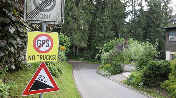 Die Warnung am Gemeindeverbindungsweg steht zu spät. Eine Umkehr beispielsweise für Lkw ist dort kaum noch möglich.