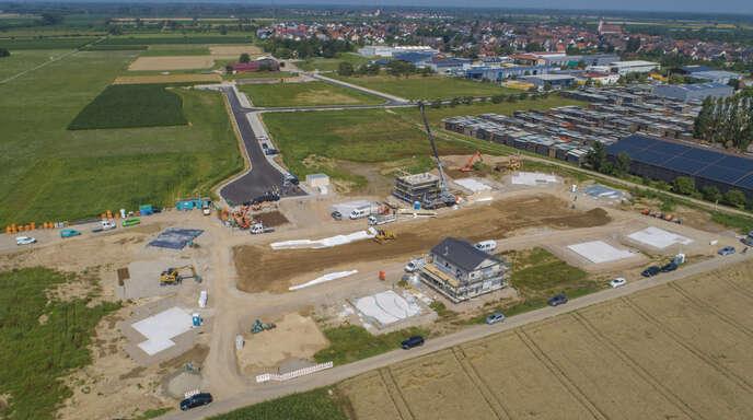 In Kappel-Grafenhausen hat der Bau der nach Firmenangaben modernsten Fertighaus-Ausstellung Europas begonnen. Auf einer Fläche von 17000 Quadratmetern entstehen 15 Musterhäuser, die ab April 2022 besichtigt werden können.