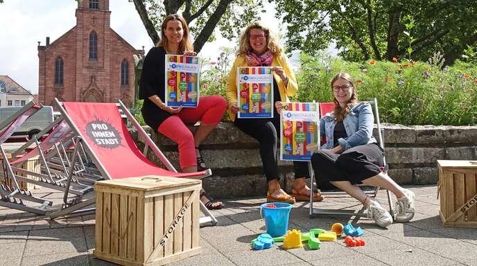 """Mit """"R(h)einschauen - Sommer in der Stadt"""" hat sich die Wirtschaftsförderungs- und Stadtmarketings-GmbH um (von links) Tourismus-Leiterin Antje Lenz, Wirtschaftsförderin Fiona Härtel und Maren Casper (Kehl Marketing) ein abwechslungsreiches Programm überlegt."""