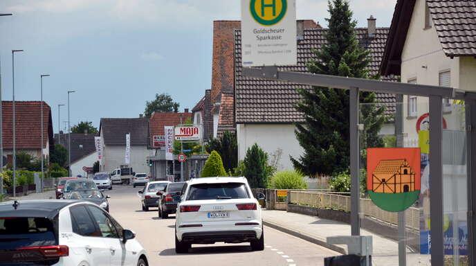 Die Ortsmitte von Goldscheuer ist geprägt von der über die Römerstraße führende Durchgangsstraße L75, ehemals B36. Gesäumt wird die Straße von weitgehend historischer Bebauung mit einem geringen Fachwerkbestand.