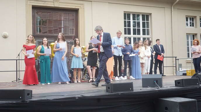 Die Abi-Feier des Schillergymnasiums fand in diesem Jahr unter freiem Himmel statt. Im Vordergrund Schuldirektor Manfred Keller, rechts seine Stellvertreterin Birgit Seitz.