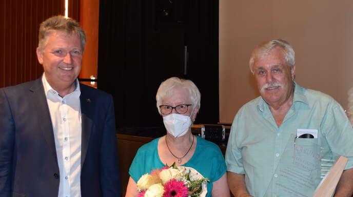das Bild zeigt den verabschiedeten Gemeinderat Udo Prange (rechts) mit Bürgermeister Hermann und Frau Karin Prange. Hausach