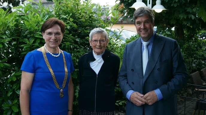 Wieder mit Amtskette: Ex-Oberbürgermeisterin Edith Schreiner (links). Sie übergab im Beisein ihres Vorgängers Ulrich Kleine eine Spende an Ilse Herberg von der Tafel.