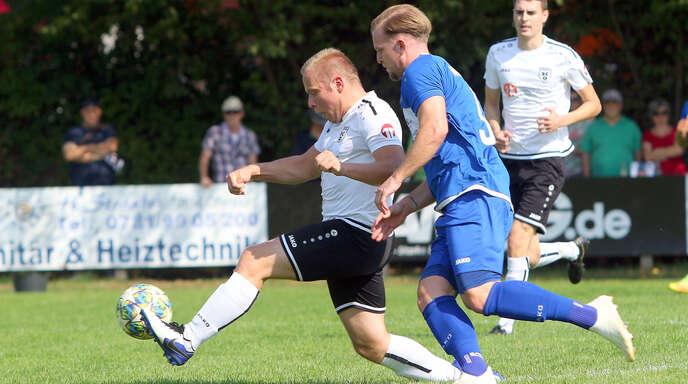 Ein 1:1, wie beim letzten Aufeinandertreffen von Daniel Kempf (links) vom SC Offenburg und dem Niederschopfheimer Alen Muhamedagic in der Landesliga am 12. September 2020, würde am Samstag in der Pokal-Qualifikation zum Elfmeterschießen führen.
