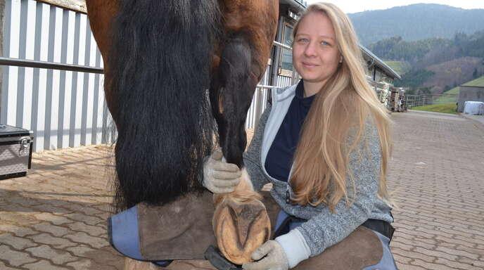 Mitten in der Ausbildung zur Huforthopädien befindet sich die 24-jährige Rebecca Böhm aus Oppenau, die mit ihrer Arbeit den Tieren helfen möchte.