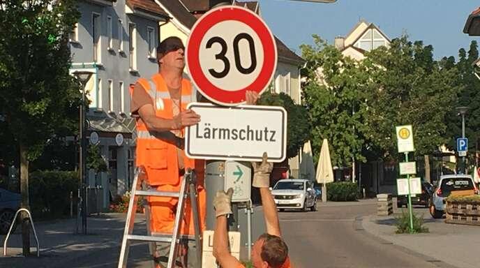 Mitarbeiter der Straßenmeisterei Achern montierten die neuen Schilder.