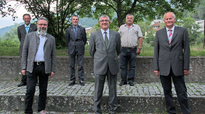 Ansgar Horsthemke (vorne, von links), Generalbevollmächtigter des baden-württembergischen Genossenschaftsverbands und Adrian Steiner verabschiedeten Johannes Zapf altersbedingt aus dem Aufsichtsrat. Dessen Vorsitzender Klaus Dold (hinten links) und Gottfried Schmid (hinten rechts) wurden wieder in das Gremium gewählt. Vorstandsvorsitzender Thomas Dieterle erhielt für 20 Jahre in Aufsichtsrat und Vorstand die silberne Ehrennadel des BWGV.
