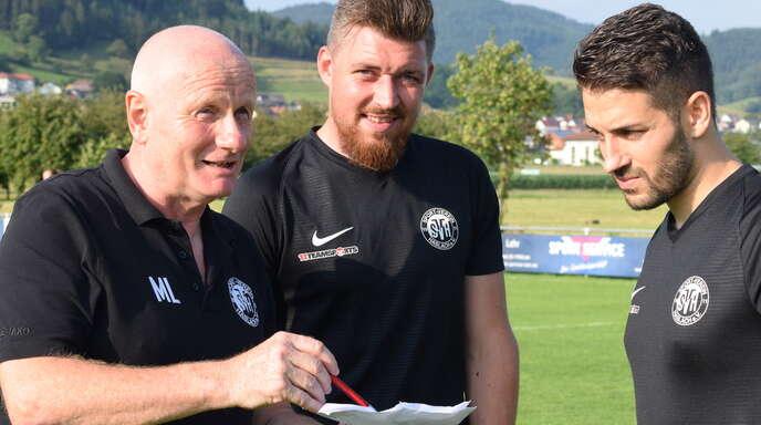 """Trainer Martin Leukel (von links) mit den beiden neuen """"Ankerspielern"""" des SV Haslach: Heimkehrer Benjamin Bruckner und Mikail Süme."""
