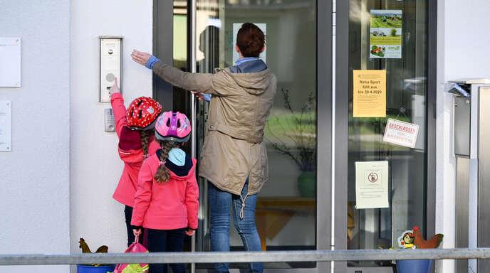 Eine Mutter bringt ihre Kinder zur Kita. Der Gemeinderat hat sich am Mittwochabend mit verlässlichen Betreuungszeiten an den Kehler Kitas beschäftigt.