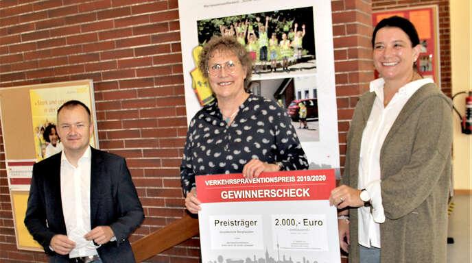 Verkehrssicherheitspreis des Landes für die Berghauptener Grundschule (von links): Bürgermeister Philipp Schulleiterin Gisela Walter-Grohsschmiedt und Elternbeiratsvorsitzende Silke Laug.
