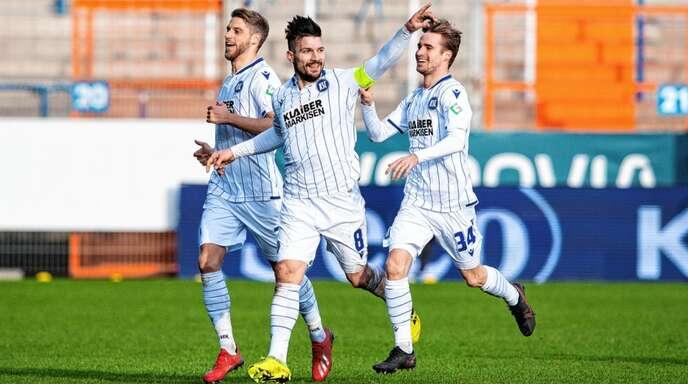 Wollen auch diese Saison jubeln – am besten schon am Samstag in Rostock: die KSC-Spieler Marc Lorenz, Kapitän Jerome Gondorf und Jannis Rabold.
