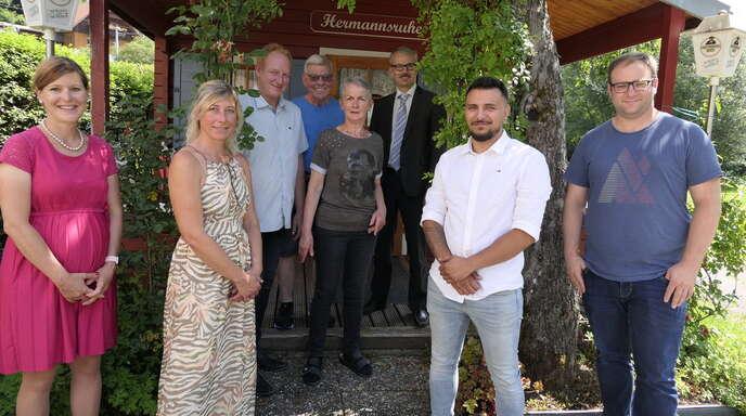 """Zur """"vorgezogenen Übergabe"""" des Campingplatzes trafen sich am Mittwoch Christine Hamp (von links), Belinda und Frank Mücke, Hermann und Beate Brede, Thomas Haas, Calo Puglisi und Christian Jäckels."""