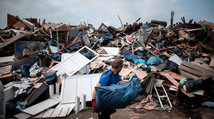 Auch in Weilerswist im Kreis Euskirchen hat das Hochwasser ganze Arbeit geleistet. Hier ein Foto von einer improvisierten Müllkippe neben einem Sportplatz, wo Anwohner Möbel und andere Gegenstände hinbringen können, die durch das Hochwasser zerstört wurden.