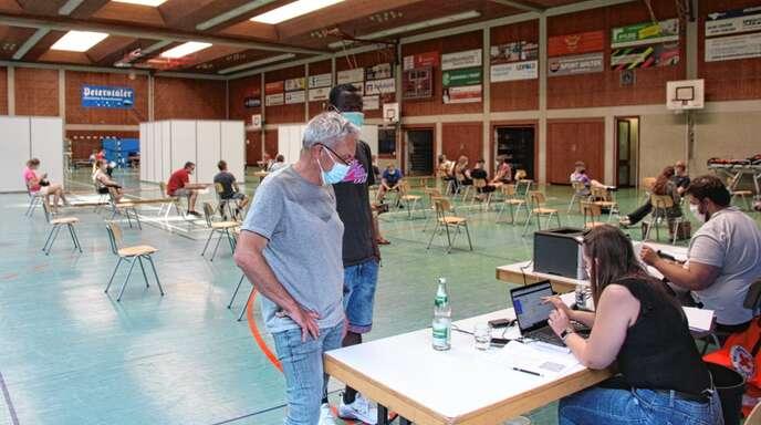Der Impf-Aktionstag in Wolfachs Realschul-Sporthalle wurde zum Erfolg: Neben den 60 angemeldeten Impfwilligen nutzten zahlreiche spontane Besucher das Angebot.