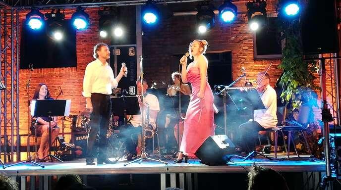 Das französische Stimm-Chamäleon Patrick Labiche entzückte das Publikum mit seinem charmanten Entertainment. Die Abiturientin Lea Balzar glänzte nicht nur als Violonistin, sondern auch als Sopranistin. Begleitet wurden sie vom Ensemble des Theaters der 2 Ufer: Lea Balzar und Wolfgang Joho (Violine), Ellen Oertel (Cello), Andreas Dilles (Klavier), Katharina Keck (Akkordeon, Klavier). Gastmusiker: Klara Oertel (Kontrabass), Jörg Merbitz (Saxophon) und Valentin Bös (Perkussion).